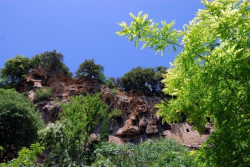 Habitats troglodytes dans le rocher de tuf