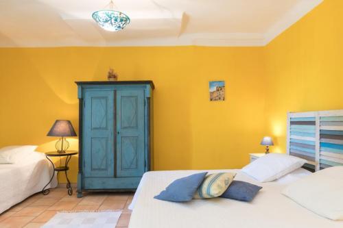 ch teau de nestuby chambres d 39 h tes cotignac. Black Bedroom Furniture Sets. Home Design Ideas